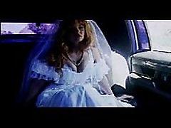 auto sugu - pruut valge parempidises limusiini kurat