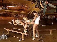 Bujnih prsi kurba nosi svilene nogavice, medtem ko prekleto dva fanta
