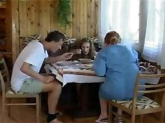 קינקי רוסית העשרה הזונה מקבלת נדפקת על ידי בחור מבוגר