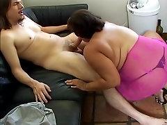 Liela bieza shlong engulfing dāma ar milzu wobblers patīk titty fuck un aprīt cum