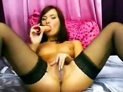 Seksikas tüdruk on väikesed tissid kasutab dildo jaoks masterbating