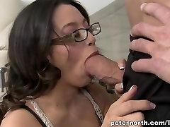 Giovane bruna gode di un enorme boner nella figa