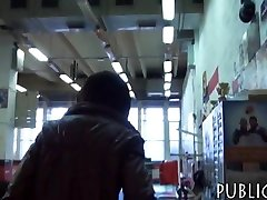 Amador apertado checa menina pregado em troca de dinheiro
