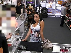 Velike joške latina figure njeno muco in pribil na pawnshop