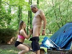 Kibimas mažai kalė gauna pakliuvom pamišęs vyras