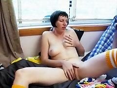 Visok in leggy nympho v koleno nogavice masturbates kot nori