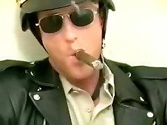 Policists formastērpā
