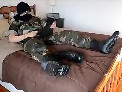 Vojaške uniforme in vojaške škornji