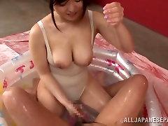 Yua Kuramochi karstā Āzijas milf rāda pie iereibis ķermeņa un cameltoe
