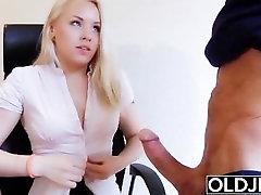 Senas, jaunas - ką Tik sukako 18 ir fucks a raukšlėta, vyras gauna pūlingas pakliuvom