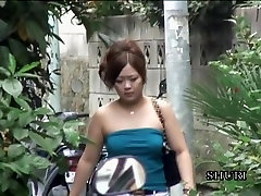 dolofan asiatică experimentat sharking shuri în stradă