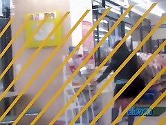 Söt Asiatisk brud får en kjol sharking på gatan