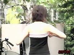 Extra slim Asiatisk brud blir boob sharking på gatan