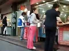 Gražus Jap užpakalis stora kelnės sugauti gatvėje, tiesus video