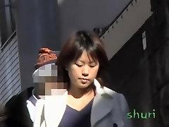 Sexy Asian girl sumažėjo auka sijonas sharking gatvėje