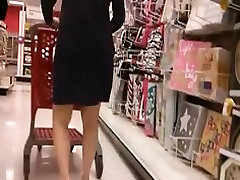 Pregnant MILF gets upskirted