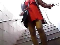 少女はオレンジのドレスタントストッキング