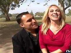 Blondīne sieva sucks, lielu pimpi viņas mutē un maksts priekšā