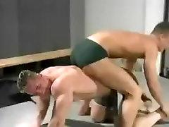 Niesamowity człowiek w niesamowitej sportowej, skąpiec gej porno sceny