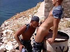 Pārsteidzošs vīriešu zvaigznēm Kevins Būrī un Riks Gambon, traks blowjob, vienotu geju seksa video