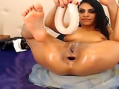 Skinny orgasmo amatoriale likes to get a large rubber penis in the ass