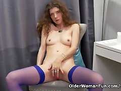 Canadian milf Janice rubs her public caam pussy