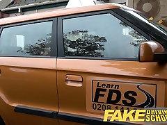 Võltsitud autokooli readhead teen ja busty MILF creampie