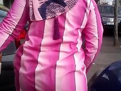 Tiesus rožinė arabų asilas gatvėje