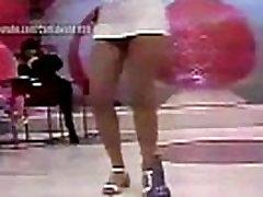 Alessandra Scatena ralando na boquinha da garrafa nos anos 90
