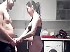 Hranie s ona a jej oblečenie v kuchyni. RAF027