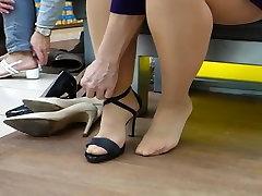 Iepirkšanās augstiem papēžiem. Tvirtu kājas zeķbikses