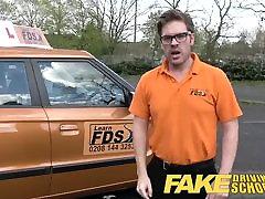 Hamis autósiskola busty vizsgáztató halad ideges fiatalember a teszt