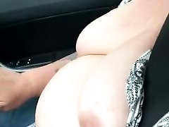 Zrele Britanski bbw treperi sise za vrijeme vožnje automobila