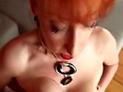Hot busty zrelé masturbuje mimo