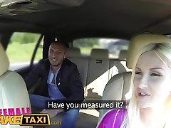 נקבה מזויף מונית התיירות האיטלקי מזיין סקסית בלונדינית עם ציצים גדולים