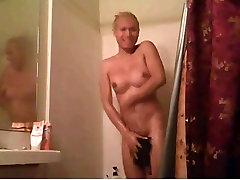 Tranny masturbate in the shower