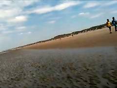 vaikščioti nuogas ant viešasis paplūdimys