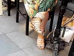 iskrene sandali, dolge noge in prste, bingljati