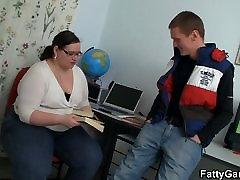 Išsipūtęs mokytojas vilioja savo studentų
