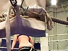 नग्न महिला lady shows all 51 में एक बॉक्सिंग रिंग