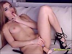 सेक्सी, उच्च ऊँची एड़ी के जूते और new bangaly sex dildo का उपयोग करता है