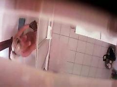 , مخفی در کابین دوش, صحنه