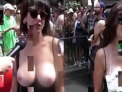 Topless meitenes uz ielas intervē