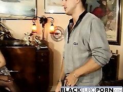 Melnā un baltā franču whores jāšanās pats puisis