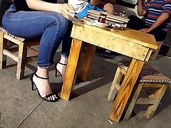 Pusaudžu sexy kājām, gariem melniem pirkstiem augsti papēži