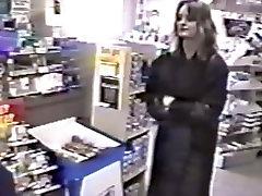 Trina parpadea dentro de otra tienda de conveniencia pública