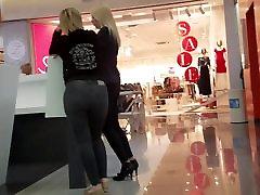 Šviesūs MILF su karšto didelis apvalus tight ass