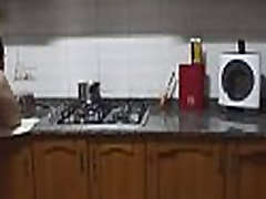 cocinando el platano que el tiene entre las piernas dentro de su coño GUI112