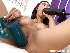 Billie usa online tube turkce rides huge dildo before fucking the machine
