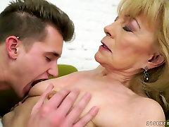 ten kogut kochająca babcia bez problemu kusi tego młodego człowieka